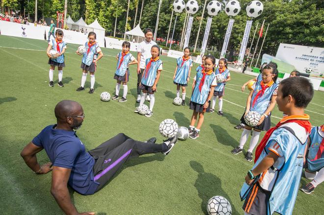 9-曾培养出哈里·凯恩的热刺金牌教练Ose Aibangbee现场与孩子们亲密互动