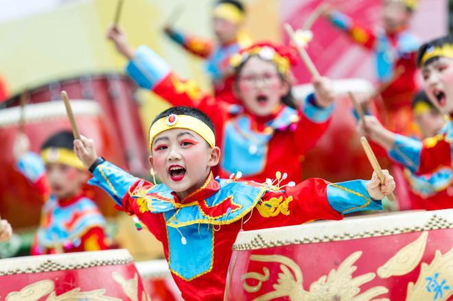 """5-青羊实验中学附属小学的学生们奉上振奋人心的""""铿锵中国鼓"""""""