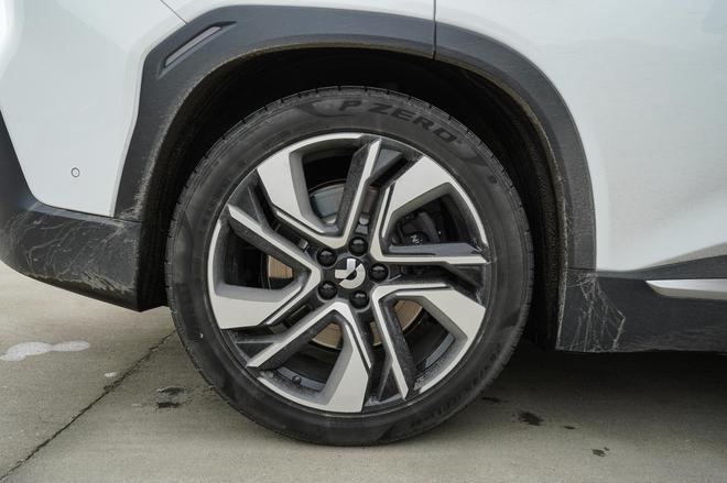 参与场地体验的ES6选装了21寸轮圈,配备尺寸为265/45R21的倍耐力P ZERO轮胎。
