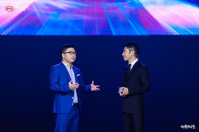 比亚迪汽车销售有限公司 总经理 赵长江(左)