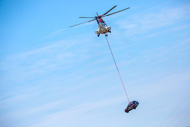 直升机以120km/h的速度将奔腾X40拖拽到距离地面垂直高度数米的空中