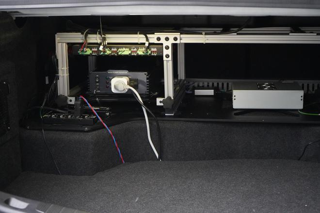 位于测试车后备厢内的自动驾驶处理系统