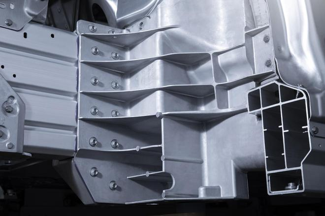 ↑前部铸铝防护枢纽