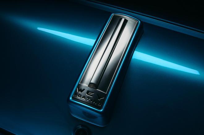 车身采用了蓝色涂装,WEY竖型车标的沿用,保持了品牌的高辨识度。