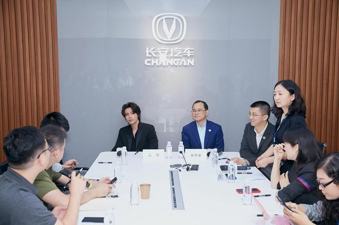 长安汽车总裁朱华荣,以及长安CS75PLUS代言人——著名演员陈坤接受专访