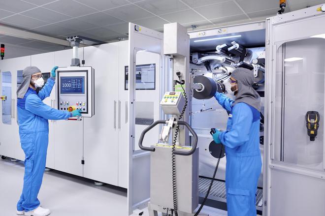 整个生产过程中严格控制湿度,保证成品质量(低湿度环境下的工作人员需穿戴防护服)