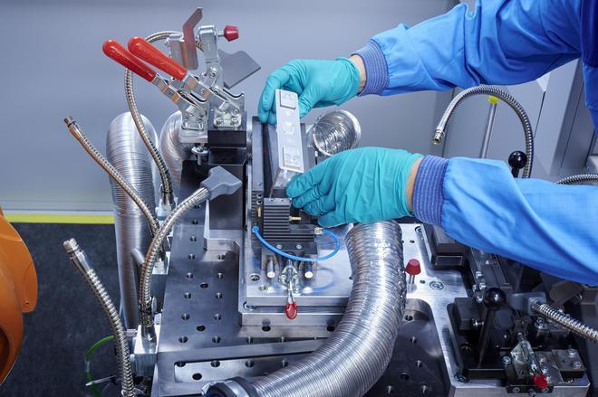工作人员在对电芯样品进行测试