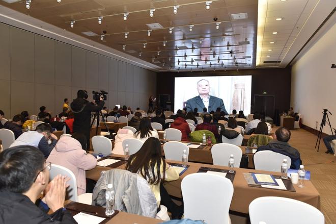 中国工程院院士侯立安通过视频介绍车内环保领域的研究成果