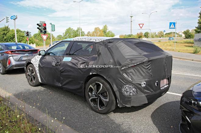起亚全新纯电动掀背车谍照曝光 与Model 3一起测试