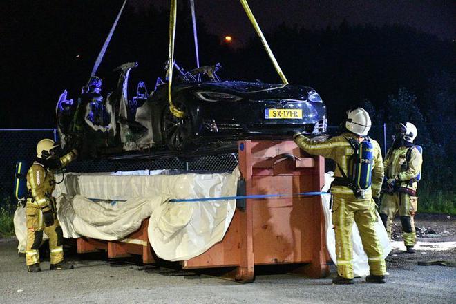 不到两月第四起自燃!特斯拉Model S在充电时起火 车身彻底烧毁