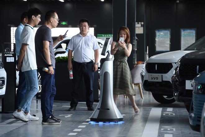现场观众与机器人互动