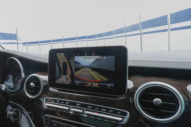 11.前置后驱设计保证了同级最小转弯半径的绝对优势,360°全景影像系统配合主动式驻车辅助系统,让车辆在出入狭窄地库通道和有限空间内倒车入位变得易如反掌
