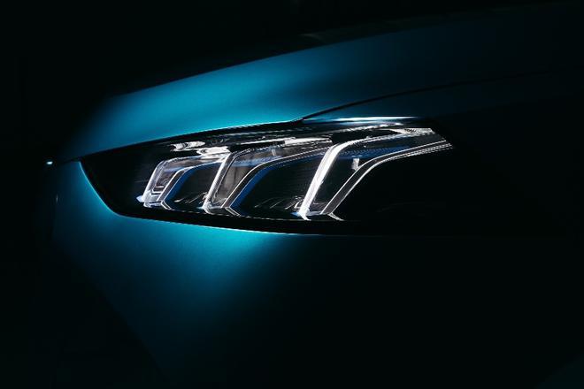 前脸大灯沿用WEY家族光之剑设计元素,传承了WEY品牌家族竖型DNA。