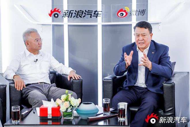 同济大学汽车营销管理学院院长马钧教授(左)与北汽集团董事长徐和谊(右)