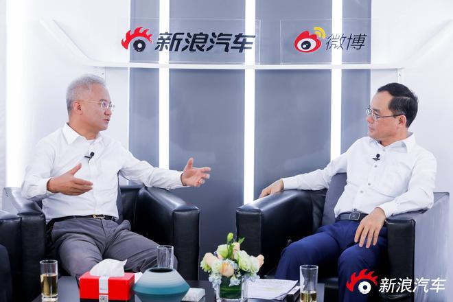 同济大学汽车营销管理学院院长 马钧教授(左) 长安汽车总裁 朱华荣(右)