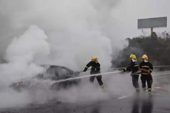 北汽新能源车辆充电时冒烟并爆炸 归因于用水降温?