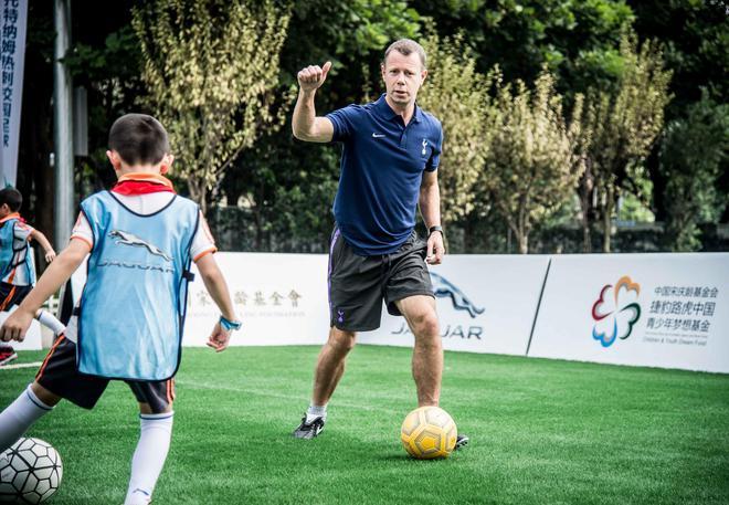 10-热刺明星教练David Howells为现场足球小将零距离培训足球技巧