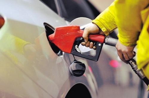 """成品油价格年内""""第六涨"""" 加满一箱油多花6元"""