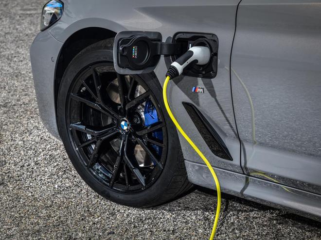 新时代下的豪华行政轿车 为何宝马还要选择大排量配混动?