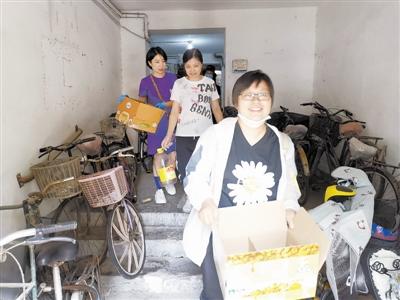 42中教师党员参加共建单位河西区美好里社区垃圾分类宣传与清理楼道垃圾义务劳动。