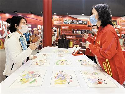 杨柳青年画工作人员向观众介绍木版年画制作工艺。