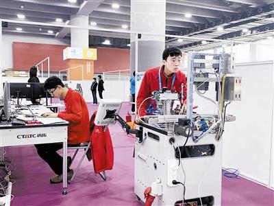 贺涛涛(右)和李云鹏凭借高超技艺和快速组织协调能力获得工业4.0项目金牌。