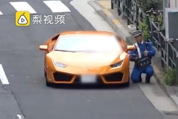 兰博基尼闯红灯,日本警察骑单车狂追截停,下跪开罚单