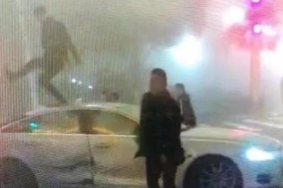 捷豹撞上丰田 遭数人跳车顶猛砸