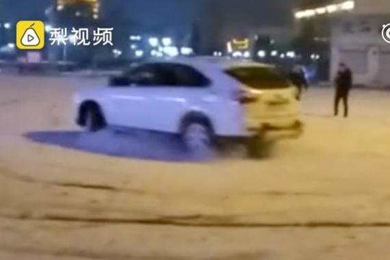 小伙雪地玩漂移,车起火后顺手用雪扑灭