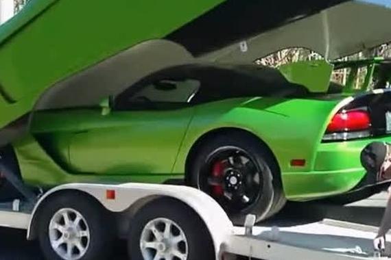 视频:看老外有多爱车,拉车的拖车还加个盖