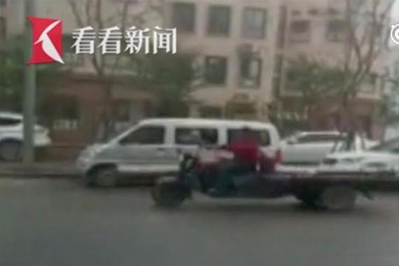 三轮车街头和警车你追我赶 司机称扣车就白干了
