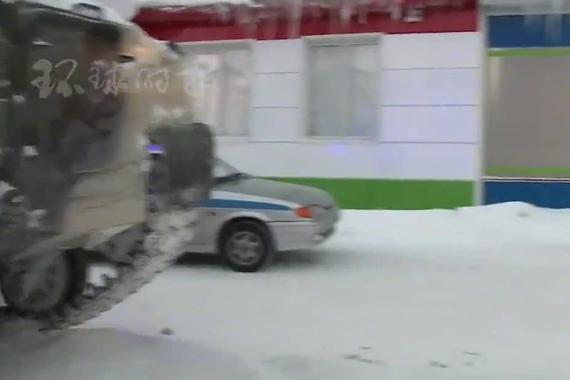 为偷酒 俄罗斯男子开装甲车闯进超市