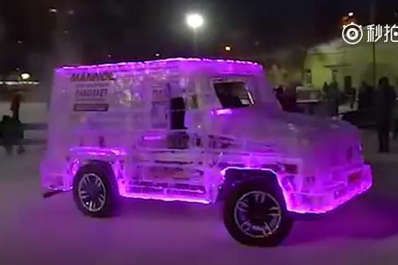 男子没钱买车 用6吨冰造奔驰G