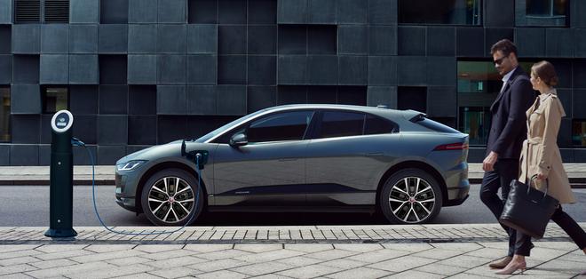 车身侧面采用圆润或平直的线条,门把手方面采用可收缩的隐藏式设计。