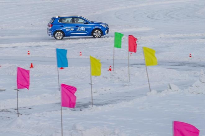 冰雪上跳舞的蓝色精灵,瑞虎5x挑战冰雪操控 漠河完美收官