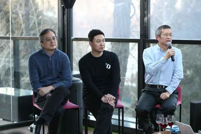 斑马网络CEO施雪松、高级副总裁郝飞以及副总裁周平(右qi)