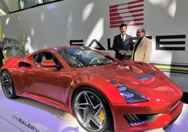 江苏赛麟汽车公司董事长王晓麟与赛麟S1在洛杉矶车展