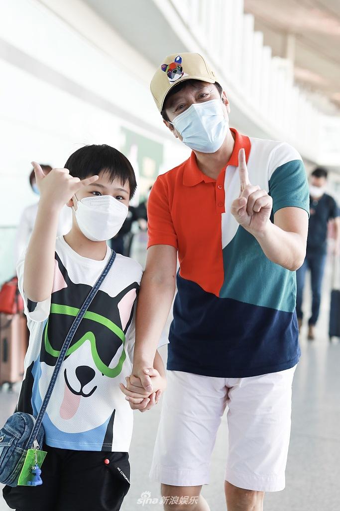 52岁蔡国庆与儿子手牵手现身