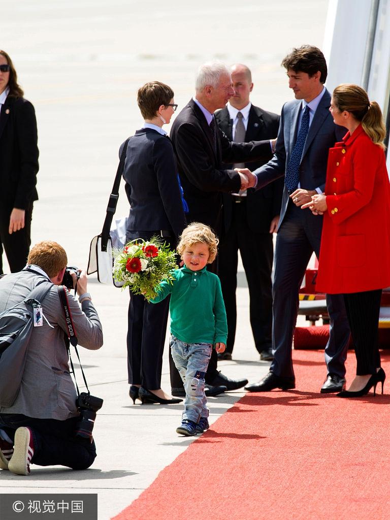 加拿大总理贾斯廷·特鲁多和妻子以及小儿子现身机场-加拿大总理特
