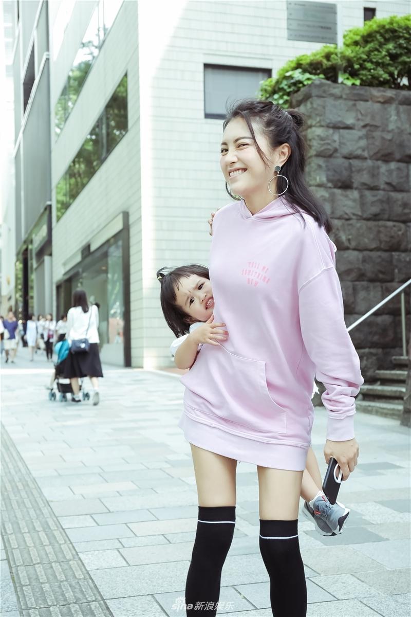 包文婧单手带女儿饺子拍写真