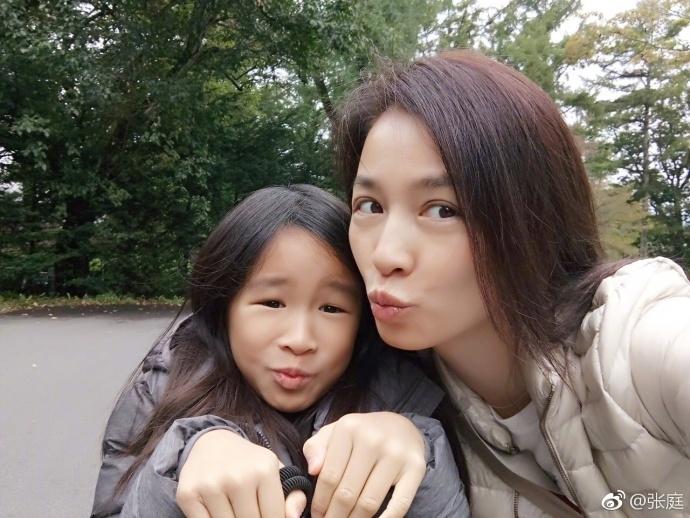 张庭中秋节晒出全家团圆的照片,她和老公以及女儿对镜头做鬼脸,