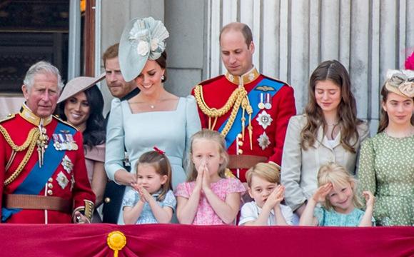 英国王室儿童看阅兵萌翻众人
