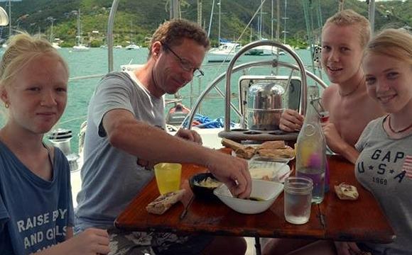 美国一个五口之家驾帆船环游世界