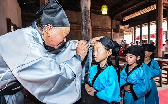 """山村举办传统""""升学礼"""" 感受国学文化"""