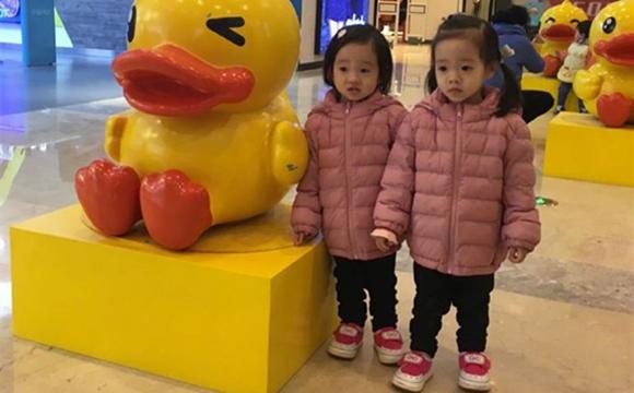 杨阳洋妹妹:一个像爸一个像妈