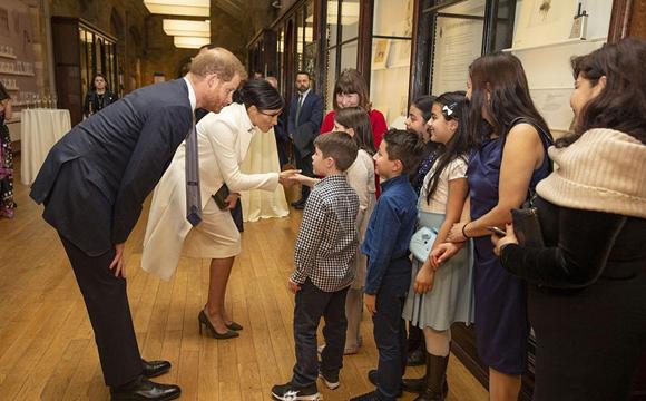 梅根王妃挺孕肚俯身握手亲和