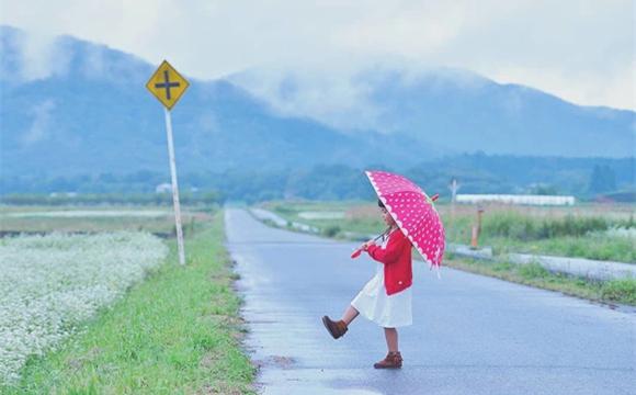 日本爸爸给拍摄孩子照片 像动漫世界