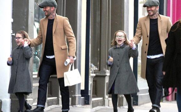 贝克汉姆带女儿逛街咧嘴笑