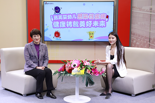 首都儿科研究所保健科主任、主任医师王琳(左一)