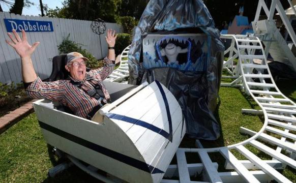 爷爷为孙女在自家后院建迪斯尼乐园